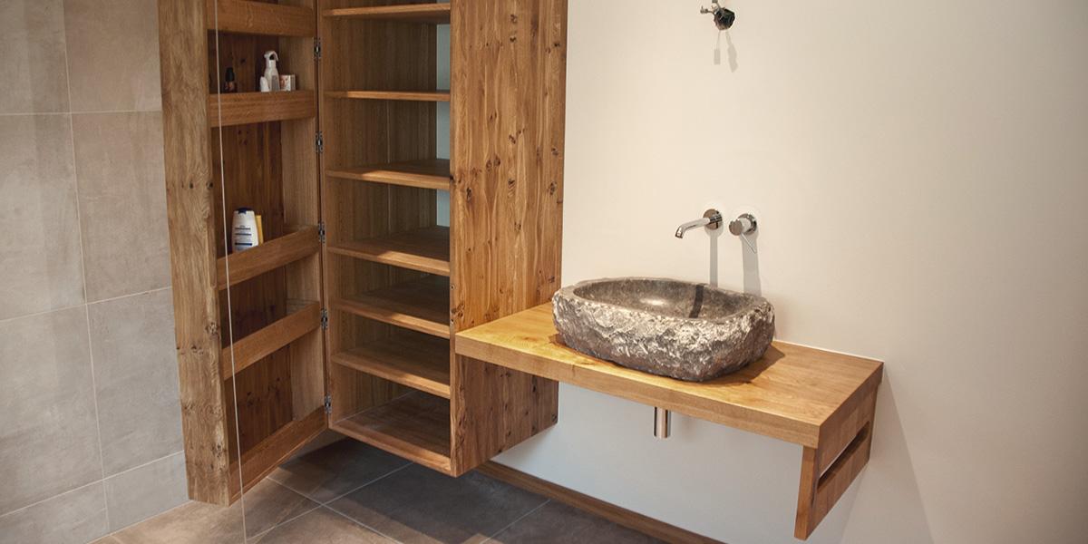 Waschbecken aus Stein mit Massivholz Badschrank und Waschtisch
