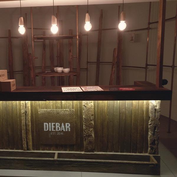 Bar mit Beleuchtung in Altholz, Stahl und Leder