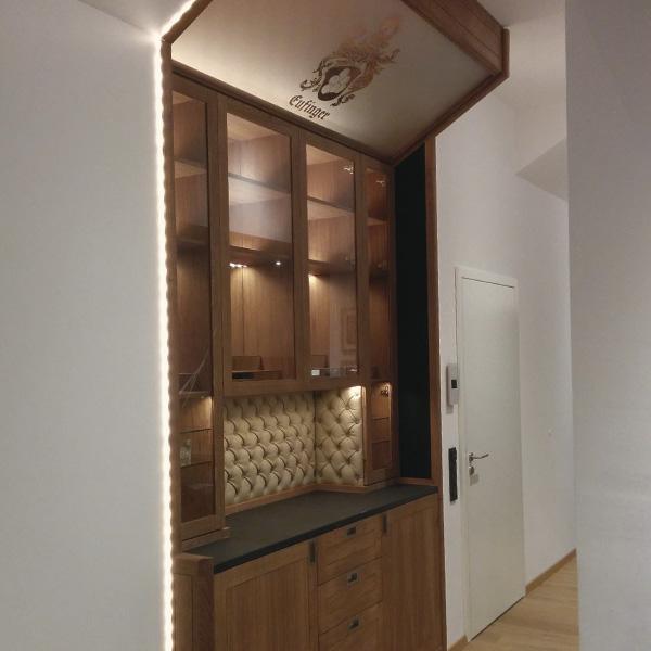 Hausbar in Eiche, Naturstein, Leder und Glas mit LED Beleuchtung