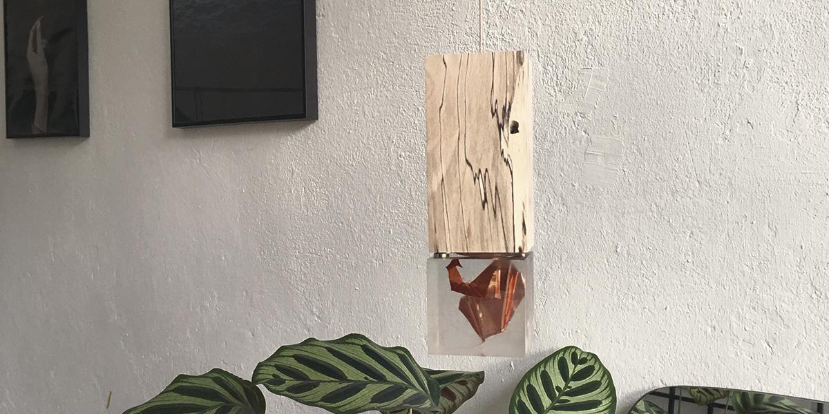 Pendelleuchte mit Holzfassung und Glaselement