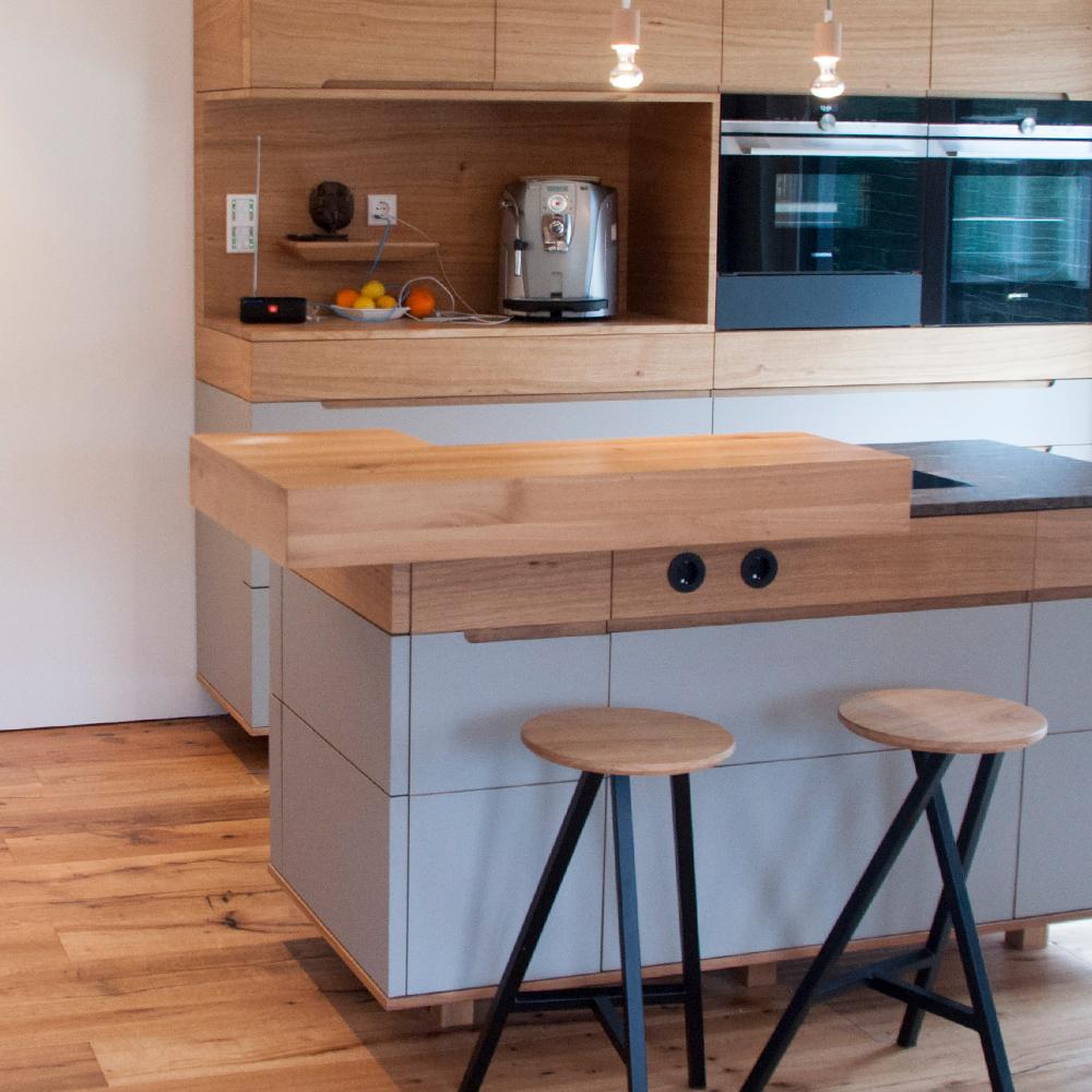 Küche mit Insel mit Granit und Linoleum