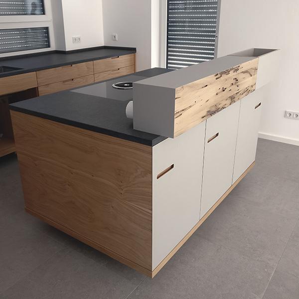 Küche in Eiche, Linoleum, Bohrmuschel-Eiche und Granit