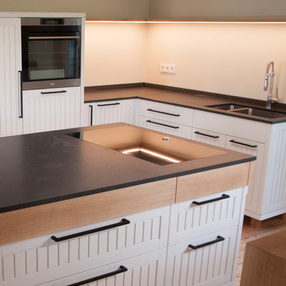 Küche mit grauen Elementen