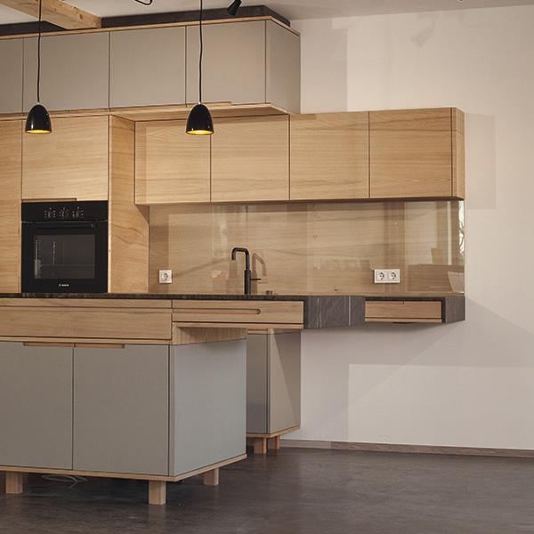 Küche aus Vollholz und Linoleum-Fronten