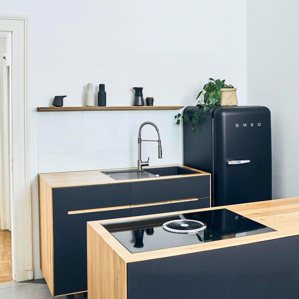Materialkonzept Küche aus Linoleum und Vollholz