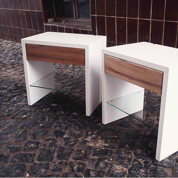 Nachttisch glas und Holz