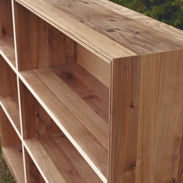 Regal aus Masivholz mit Linoleum Elementen vom Schreiner