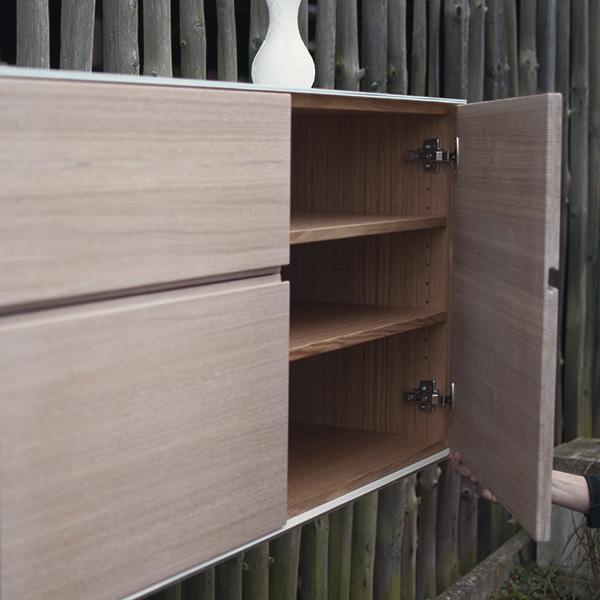 Sideboard aus Glas und Holz vom Schreiner