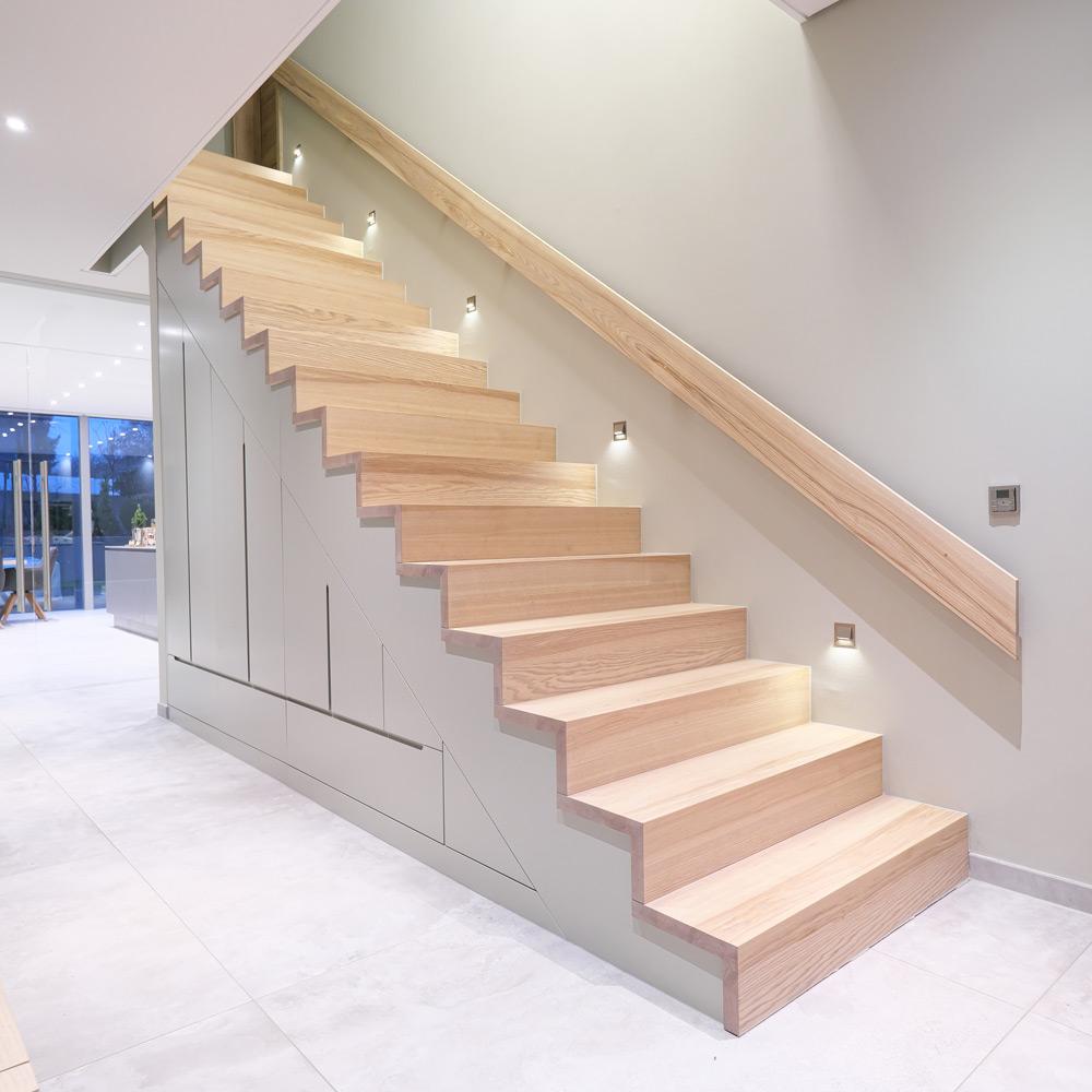Treppenschrank in Esche
