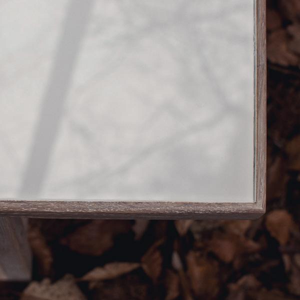 Filigraner Wohnzimmertisch aus Holz und Glas vom Schreiner