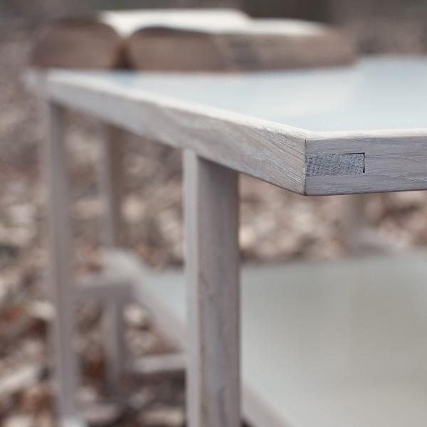 Filigraner Wohnzimmertisch aus Holz und Glas